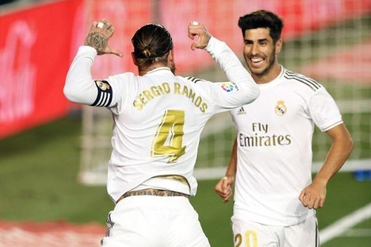 Kapten Real Madrid berselebrasi bersama Marco Asensio usai membobol gawang Getafe dari titik putih pada lanjtan pekan ke-33 Liga Spanyol di Stadion Alfredo Di Stefano, Jumat (3/7/2020) dini hari WIB.