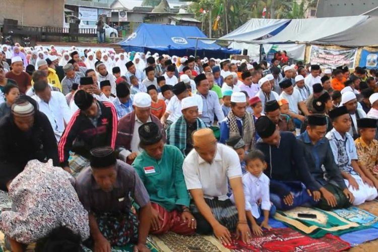 Di tengah rasa khawatir dan trauma akibat guncangan gempa yang bertubi-tubi, warga yang berada di lokasi pengungsian di Desa Kekait, Kecamatan Gunungsari, Lombok Barat, Nusa Tenggara Barat (NTB), tetap merayakan Hari Raya Idul Adha dengan khidmat, Rabu (22/8/2018).