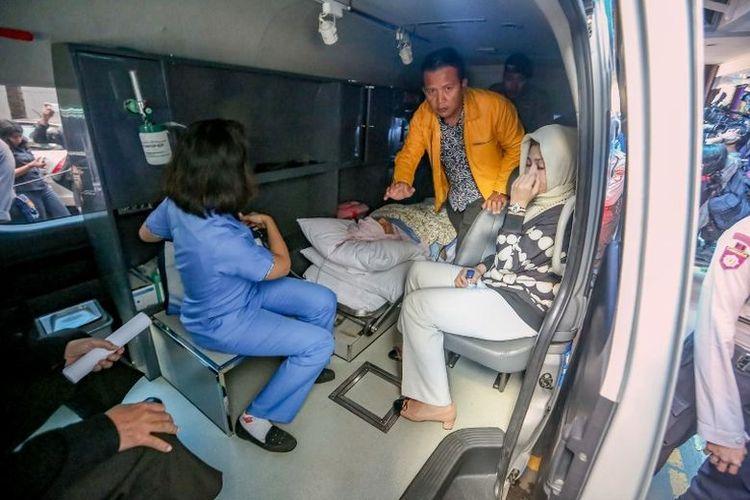 Ketua DPR RI Setya Novanto (tengah, berbaring) bersama dengan istrinya, Deisti Astriani Tagor (kanan), menuju Rumah Sakit Cipto Mangunkusumo, Jakarta, Jumat (17/11/2017).