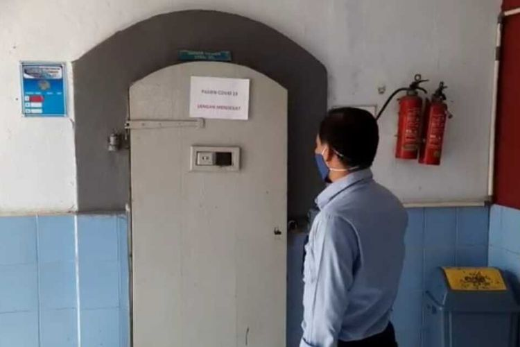 Petugas menunjukkan kamar sel atau ruang isolasi khusus narapidana yang positif corona di dalam Lapas Kelas II B Tasikmalaya, Sabtu (14/11/2020).