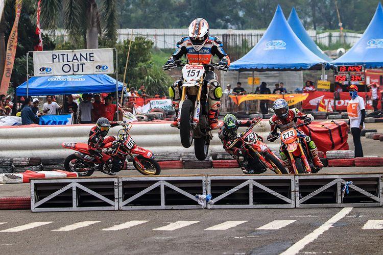 Suasana persaingan di kelas balap Honda CRF 150L Supermoto Standar Open pada gelaran Honda Dream Cup 2019, Cimahi, Jawa Barat, Minggu (24/11/2019).