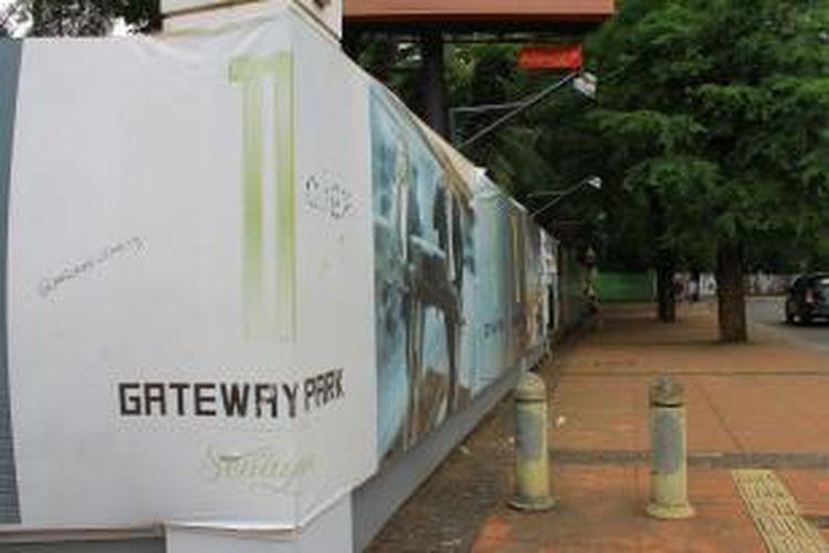 Proyek properti komersial Gateway Park menempati area di Jl Pintu 1 Senayan, Jakarta Pusat. Gateway Park merupakan proyek yang dikembangkan Da Internasionale bekerjasama dengan PPK GBK. Gambar diambil pada Rabu (21/1/2015).