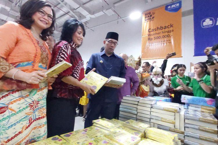 Gubernur Jawa Barat Ridwan Kamil tengah melihat-lihat buku di Big Bad Wolf Bandung, Kamis (27/6/2019).