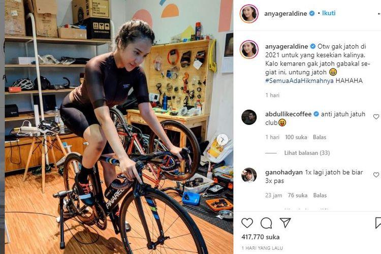 Anya Geraldine berlatih sepeda agar tidak mudah jatuh