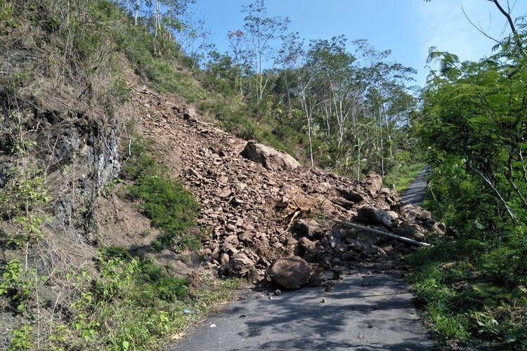 Material longsor menutup akses jalan di Desa Asinan, Kecamatan Kalibening, Kabupaten Banjarnegara, Jawa Tengah, Selasa (26/11/2019).