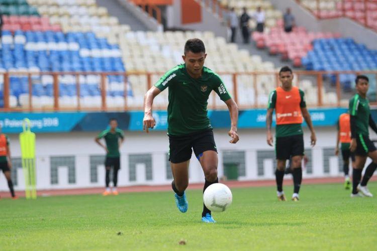 Penyerang timnas Indonesia Dedik Setiawan saat mengikuti sesi latihan bersama rekan-rekannya.
