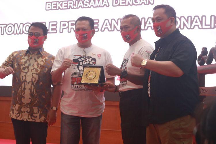 Penyerahan plakat Pride and Nationalism (ki-ka) Wakil Ketua MPR RI Ahmad Basarah, Ketua MPR RI Bambang Soesatyo, Komjen Pol (Purn) Nanan Soekarna dan Dr. (H.C) Ary Ginanjar Agustian