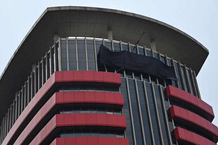 Tulisan Komisi Pemberantasan Korupsi (KPK) tertutup kain hitam di Gedung Merah Putih KPK, Jakarta, Senin (9/9/2019). Penutupan tulisan KPK dengan kain hitam yang dilakukan sejak Minggu (8/9/2019) itu merupakan bagian dari aksi simbolis jajaran pimpinan hingga pegawai KPK jika revisi Undang-undang KPK disetujui dan pimpinan KPK ke depan diisi orang-orang bermasalah.