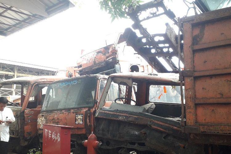 Armada kebersihan tua menumpuk di Kantor Suku Dinas Lingkungan Hidup Jakarta Barat pada Jumat (23/3/2018).