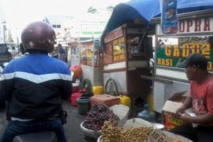 Pasar Tanah Abang yang tak pernah sepi pembeli, Selasa (16/7/2013). Tak hanya pedagang pekaian jadi, pedagang buah dan makanan berat pun tumpah ruah di jalanan sekitar Tanah Abang, Jakarta.