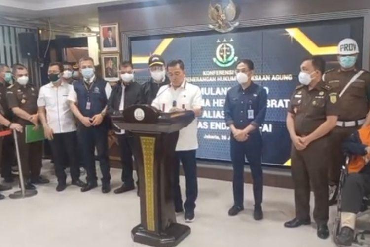 Jaksa Agung Muda Bidang Intelijen Sunarta Sedang Memberikan Keterangan Pers Mengenai Kedatangan Buronan Percobaan Pembunuhan Hendra Subrata dari Singapura, Sabtu (26/6/2021)