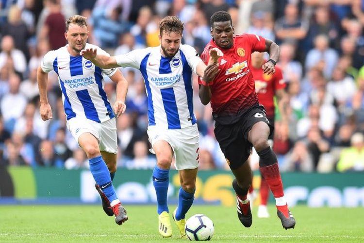 Davy Proper dan Paul Pogba berebut bola pada pertandingan Brighton & Hove Albion vs Manchester United pada lanjutan Premier League di Stadion American Express, 19 Agustus 2018.
