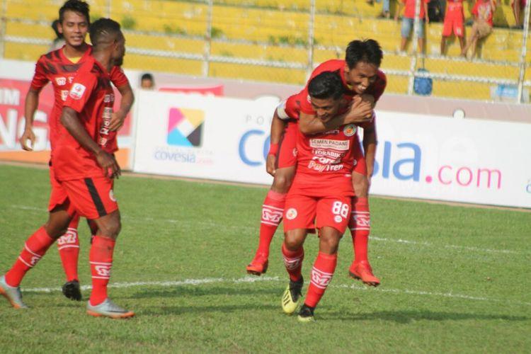 Pemain Semen Padang melakukan selebrasi gol