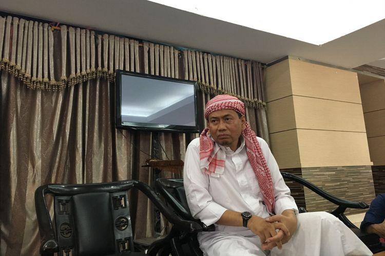 Kapitra Ampera, kuasa hukum pimpinan Front Pembela Islam (FPI) Rizieq Shihab, saat ditemui usai shalat Jumat di Masjid Al Ittihaad, Tebet, Jakarta Selatan, Jumat (12/5/2017).