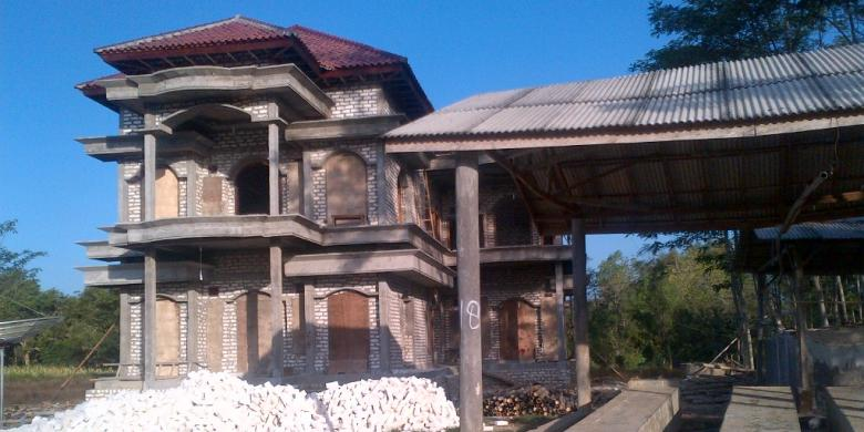 Kompas Taufiqurrahman Salah Satu Rumah Warga Desa Bujur Barat Kecamatan Batumarmar Yang Belum Tuntas Dibangun Namun Ditinggalkan Oleh Pemiliknya Ke