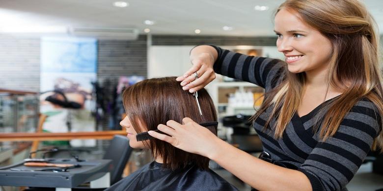 SHUTTERSTOCK Kehadiran hairdresser penting dalam sebuah pagelaran fashion  show 4411c6189e