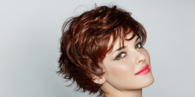 Shutterstock Potongan rambut pendek akan membuat penampilan terlihat lebih  muda dan segar. 3ee4ac2134