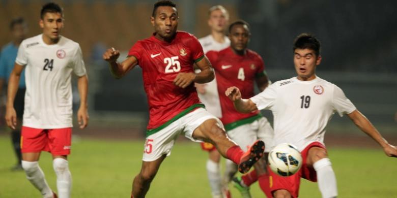 Titus Bonai beraksi dengan seragam timnas Indonesia.