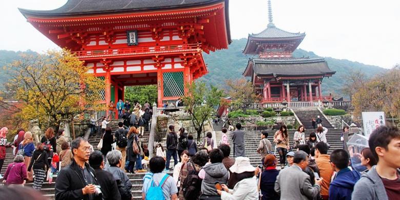KOMPAS FRANS SARONG Kompleks depan Kuil Kiyomizu di kawasan perbukitan Kyoto 199d36ea27