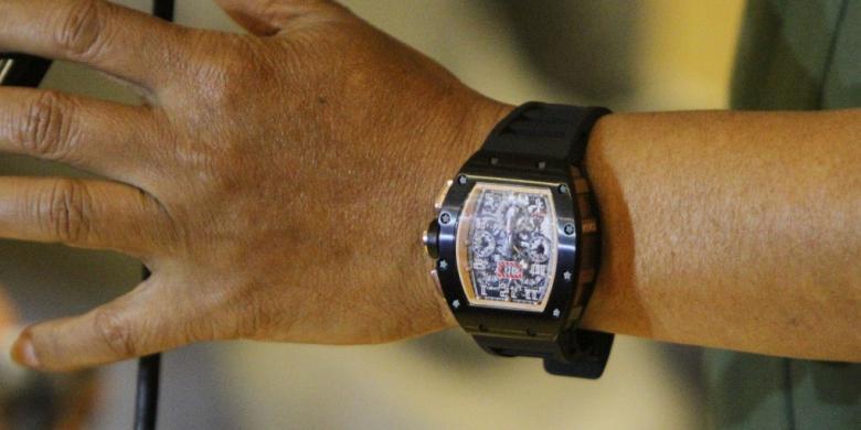 TRIBUNNEWS HERUDIN Jam tangan palsu dari merek ternama yang dipakai  Panglima TNI Jenderal Moeldoko dibeli seharga Rp 5 juta. bce684c3a4