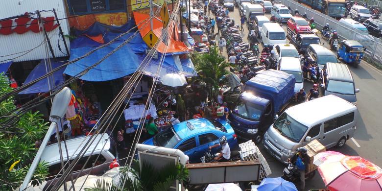 Pintu masuk Pasar Jatinegara di Jalan Matraman Raya sebabkan kemacetan lalu lintas di kawasan tersebut. Selain itu, parkir sepanjang bahu jalan turut menyebabkan kemacetan. Sabtu (31/5/2014).