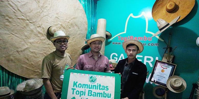 KOMPAS MAWAR KUSUMA WULAN Anggota Komunitas Topi Bambu di gerai yang  memajang beragam topi bambu produksi perajin Kabupaten Tangerang d0ee64c0d8