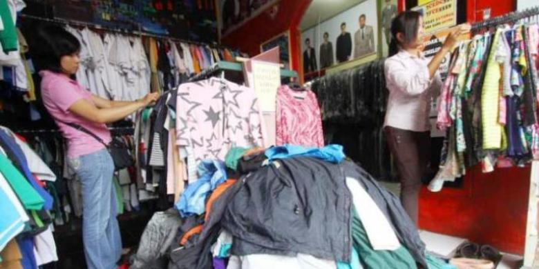 Pengunjung mencari pakaian merek-merek tertentu yang unik dan berkualitas di Toko Barang Bekas Bos (Babebo) di Kawasan Mergosono, Kota Malang, Senin (25/11/2014).