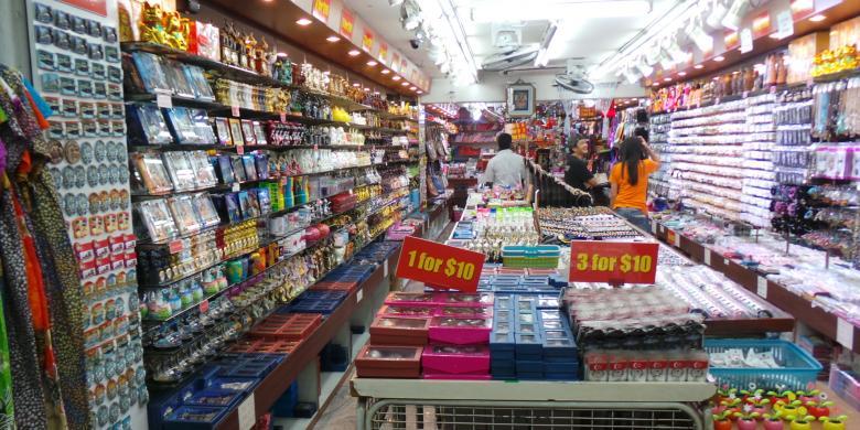 Kios Di Sekitar Mustafa Centre Singapura Yang Menjual SuvenirKOMPASCOM ICHA RASTIKA
