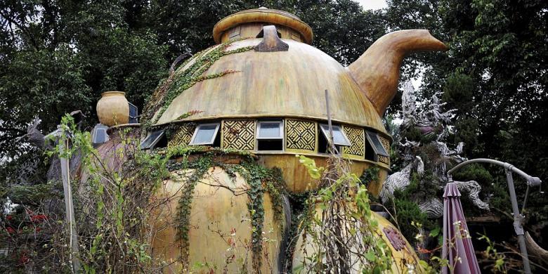 Rumah Teko Raksasa Tempat Menyepi Yang Aneh Di Tengah Hutan Kompas Com Dampak El Nino