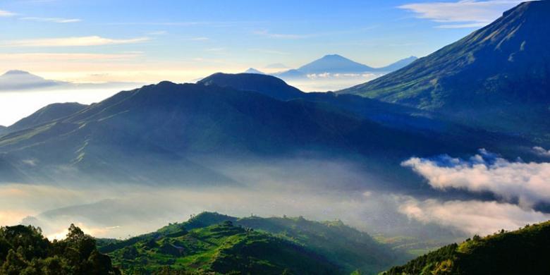 Image result for 8 gunung yang terlihat dari puncak sikunir