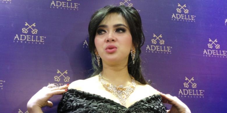 Kompas Com Irfan Maullana Syahrini Hadir Mengenakan Perhiasan Berlian Pembukaan Toko Bandung Jawa Barat Minggu