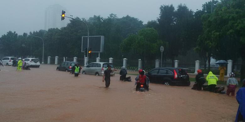 Kompas Sabrina Asril Banjir Setinggi   Cm Di Depan Istana Merdeka Jalan Medan Merdeka Utara Jakarta Pusat Senin