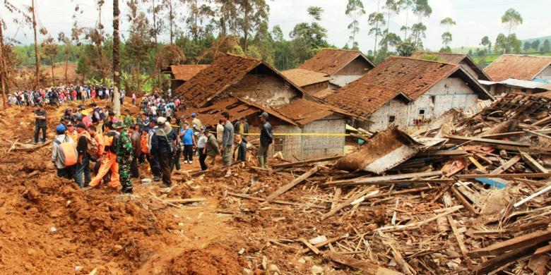 Foto bencana alam tanah longsor 31