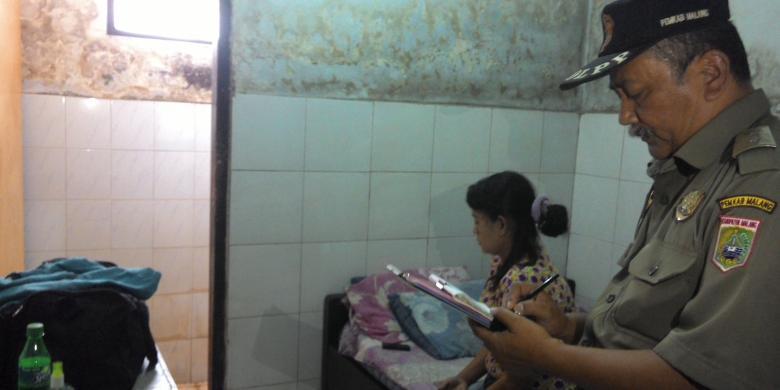 Salah Satu Anggota Satpol PP Kabupaten Malang Jawa Timur Saat Melakukan Razia Bersama Personel Kepolisian Di Sebuah Hotel Melati Wilayah Kecamatan