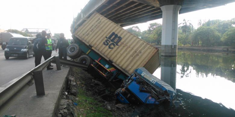 Tabrak Pembatas Jalan Kontainer Terguling Ke Kali Ancol Kompas Com