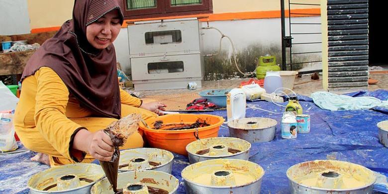 Kompas Irene Sarwindaningrum Pemilik Usaha Rumahan Kue Nyayu Helen Kurnia 30 Tengah Memasak Makanan Lebaran Khas Palembang Seperti Maksuba