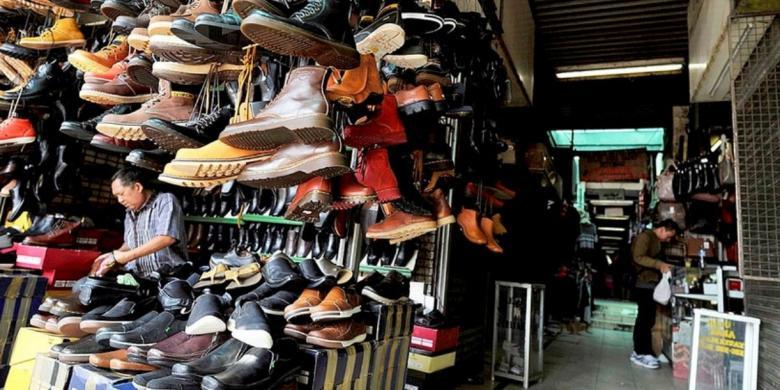 Pasar ini cukup dikenal di kalangan anak muda karena sebagian besar kios di  pasar ini menjual sepatu dengan aneka ... a32462cf69
