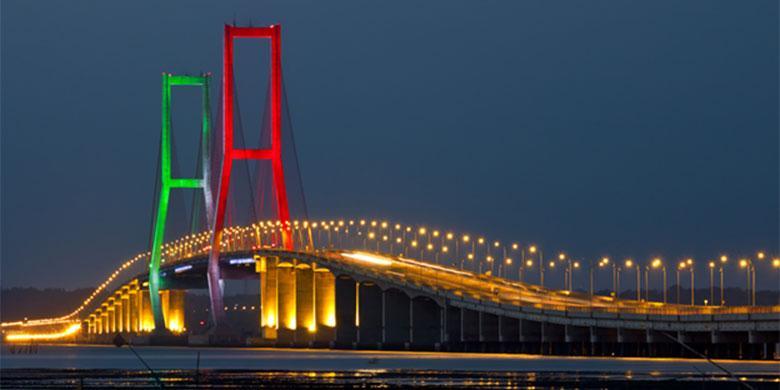 Jembatan Suramadu yang menghubungkan Kota Surabaya dengan Pulau Madura