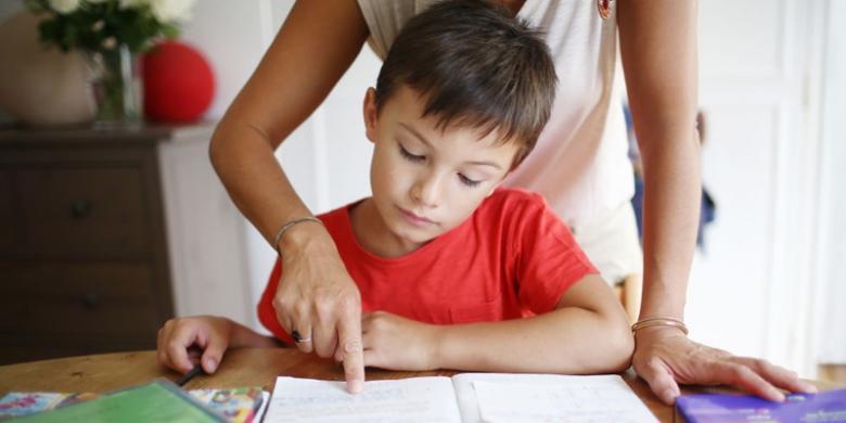 ilustrasi orangtua menemani anak kerjakan PR