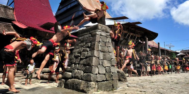 Inilah Tradisi Hombo Batu Atau Lompat Batu Di Nias