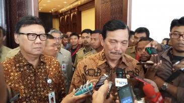 Menteri Dalam Negeri Tjahjo Kumolo dan Menteri Koordinator Bidang Politik Hukum dan Keamanan Luhut Binsar Panjaitan seusai membuka rapat koordinasi di Hotel Bidakara, Jakarta Selatan, Rabu (16/9/2015).