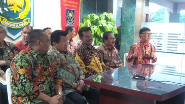 Menteri Dalam Negeri Tjahjo Kumolo bersama dengan para pengurus Asosiasi Pemerintah Pusat Seluruh Indonesia (APPSI)