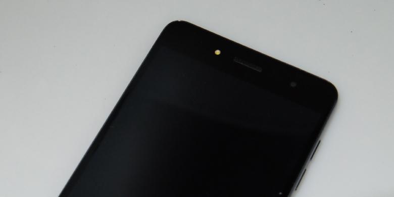 Bagian depan Hisense Pureshot Plus dilengkapi dengan lampu flash(Yoga Hastyadi Widiartanto/KOMPAS.com)