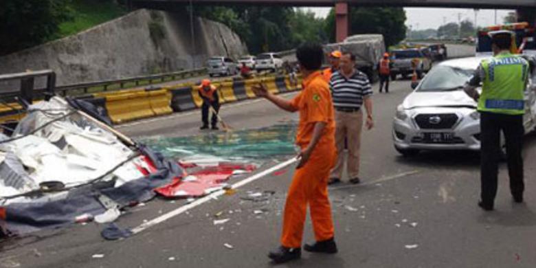 Lima Kendaraan Tabrakan Beruntun Di Tol Cawang