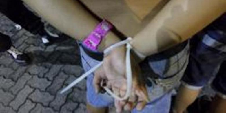 Tribun Jateng Muh Radlis A Remaja Yang Ditangkap Polisi Tampak Mengenakan Jam Tangan Berwarna Pink Bertokoh Kartuno Kitty Minggu