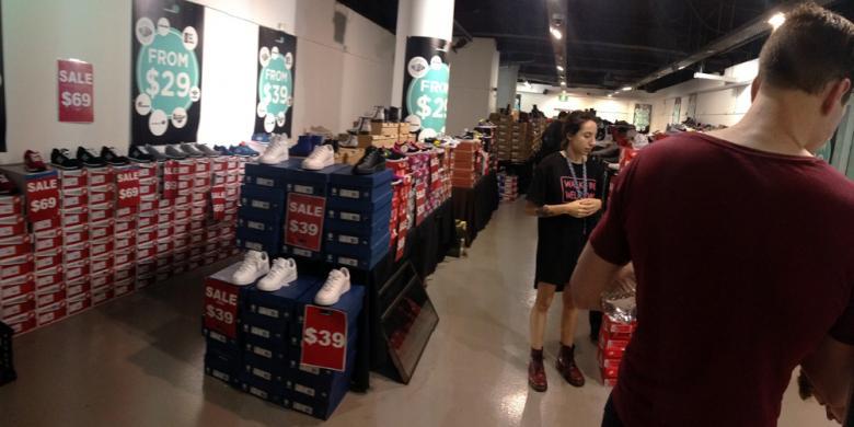 KOMPAS.com  GLORI K WADRIANTO Sebuah gerai factory outlet di Market City  yang menawarkan banyak sepatu bermerek dengan harga relatif murah. b03381abf3