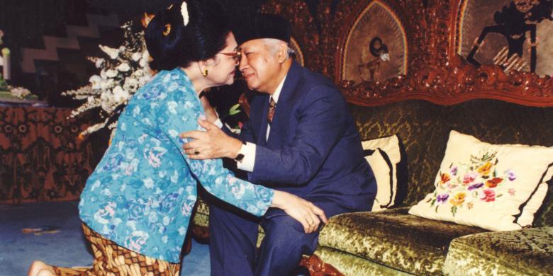 Presiden Soeharto menerima sungkem dari Ibu Tien Soeharto pada hari Idul Fitri 1 Syawal 1415 Hijriah, 3 Maret 1995.
