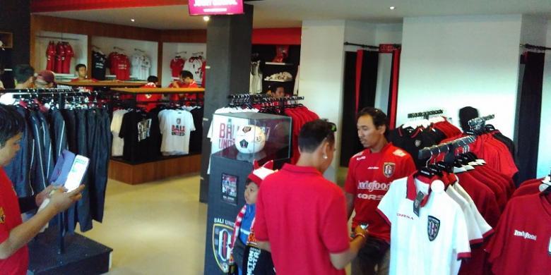 "Mengintip Toko ""Merchandise"" Resmi Bali United"