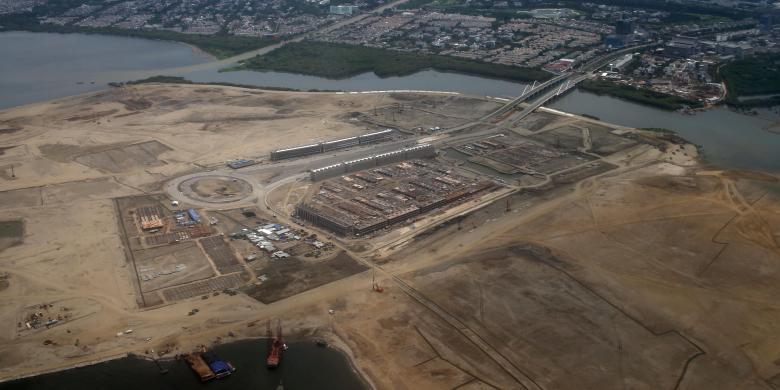 Pengerjaan proyek pembangunan permukiman, perkantoran, dan kawasan niaga, di pulau hasil reklamasi di Teluk Jakarta, Sabtu (12/12/2015).