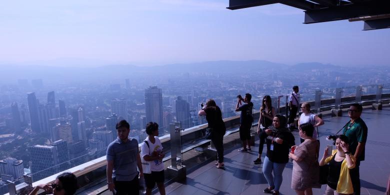 Menantang Nyali Berpose Di Kotak Kaca Menara Kuala Lumpur